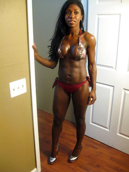Amateur ebony women show her muscled..