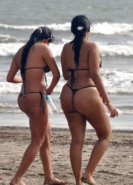 Tanned big ass on the beach. Hidden..